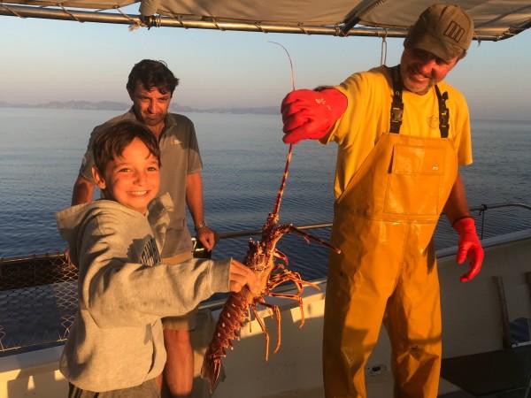 Pescaturismomallorca Fonte: https://commons.m.wikimedia.org/wiki/File:Marinero_por_un_d%C3%ADa_con_Pescaturismo.jpg