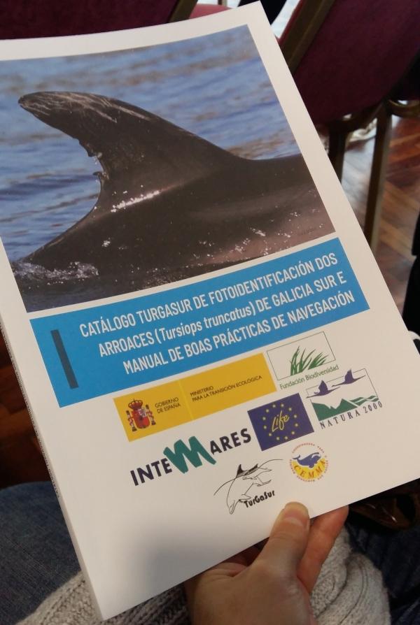Portada do catálogo TurGaSur de fotoidentificación dos arroaces (Tursiops truncatus) e Manual de boas prácticas de navegación